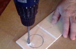 Как вырезать круглое отверстие в керамической плитке?