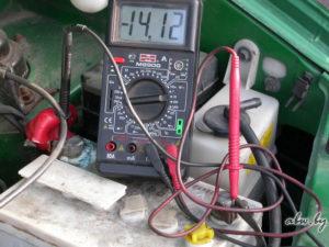 Как проверить выдает ли генератор зарядку?