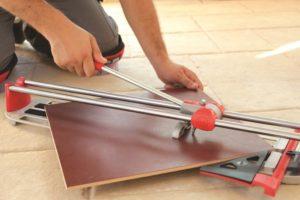 Как правильно резать кафельную плитку плиткорезом?