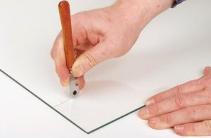 Как правильно резать рифленое стекло стеклорезом?
