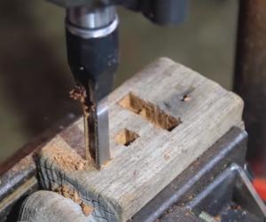 Как сделать квадратное отверстие в дереве?