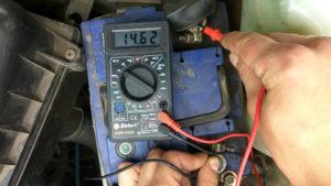 Как проверить заряжает ли генератор аккумулятор?