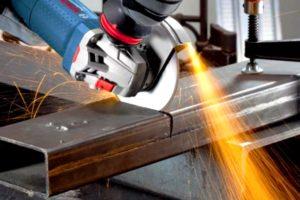 Как правильно держать болгарку при резке металла?