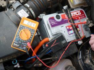 Как определить заряжен ли автомобильный аккумулятор?