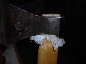 Как правильно насадить колун на топорище?