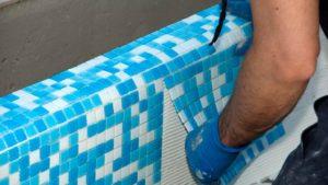 Как правильно укладывать мозаику на сетке?