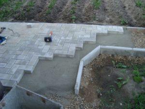 Как правильно положить брусчатку на бетонное основание?