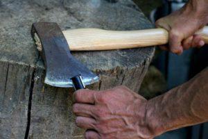 Как правильно заточить топор вручную?