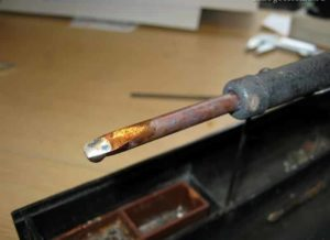 Почему олово не прилипает к проводу?