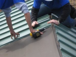 Как правильно класть металлопрофиль на крышу?