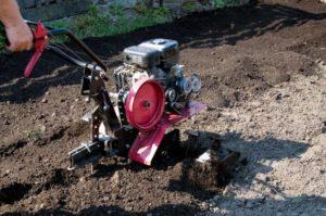 Как правильно пахать землю мотоблоком?