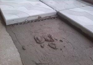 Как правильно класть тротуарную плитку на бетон?